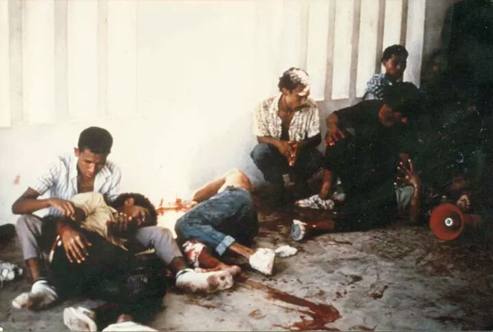 Pemrotes di Kuburan Santa Cruz Dili, Timor Leste yang dibantai Militer Indonesia pada 12 November 1992. Tanggal 12 November kini dijadikan Hari Pemuda setelah Timor Leste bebas dari penjajahan Indonesia.@Natanael Lobato.